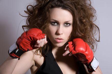 wild hair: Donna bella con i guanti selvaggi di boxing e dei capelli