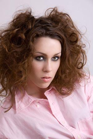 wild hair: Bella donna con i capelli selvaggi e camicia rosa