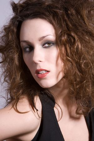 wild hair: Bella bruna con capelli selvatici intensa ricerca  Archivio Fotografico