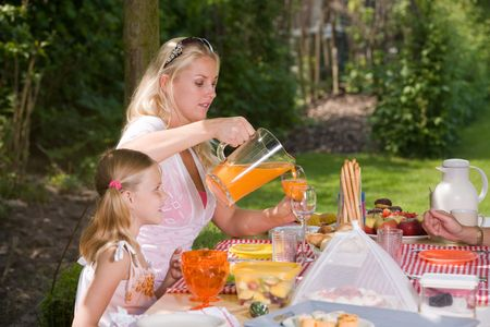 picknick: family sitting outdoors on a summer day enjoying a picknick Stock Photo