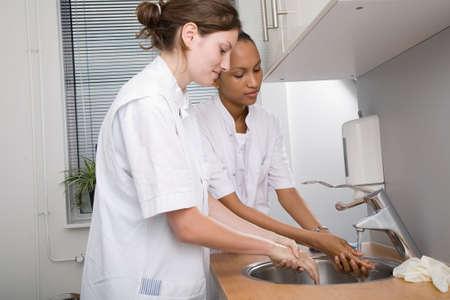 � fond: Deux �tudiants en m�decine � laver soigneusement les mains