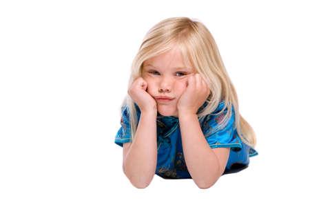 Cute vier Jahre alte Mädchen auf dem Boden liegend suchen stur Standard-Bild - 3335385