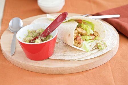 tortilla wrap: Delicioso lleno de recapitulaci�n tortilla con guacamole reci�n hecho