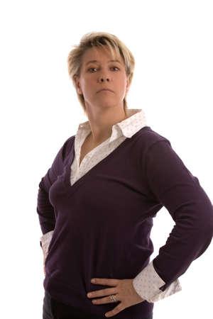 arrogancia: Confiando mujer madura en su fourties sobre fondo blanco
