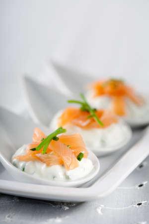 Köstliche kleine Häppchen mit creamcheese und geräuchertem Lachs Standard-Bild - 4750854