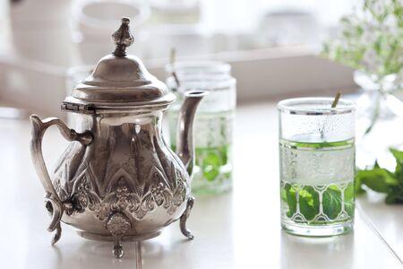 Traditionelle kleine Teekanne mit frischen Minze Tee neben dem Standard-Bild - 6543147