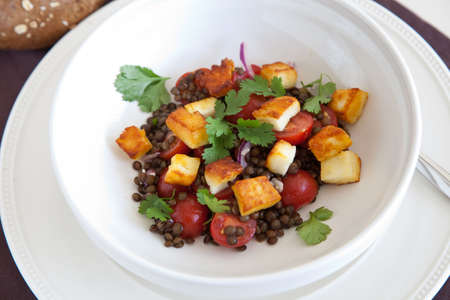 haloumi: Delicious and healthy salad with lentils, tomatoes and cheese