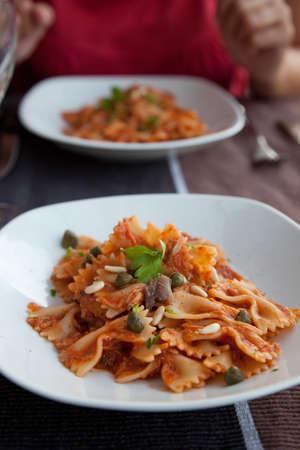 c�pres: P�tes simple avec c�pres, thon et tomate sauce