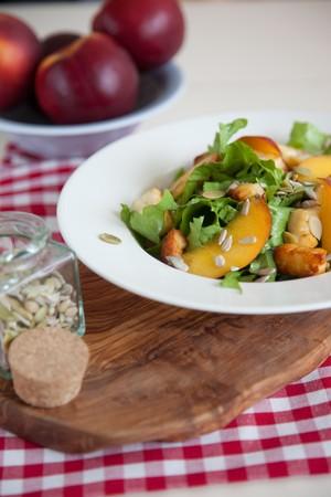 escarola: Deliciosa ensalada con escarola, haloumi y nectarinas