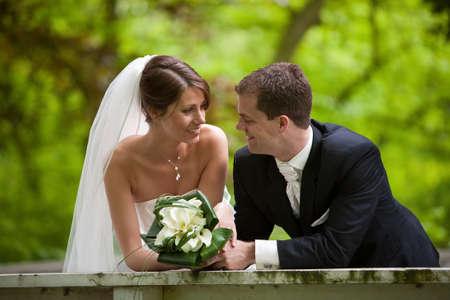 Beautiful braut und Bräutigam suchen auf Ihrem großen Tag sehr glücklich Standard-Bild - 7874633