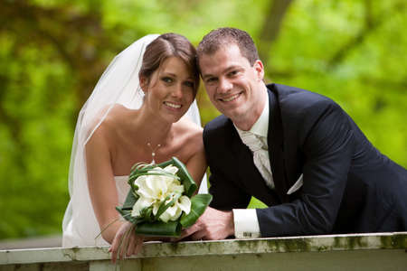 Braut auf Bräutigam gemeinsam auf Ihren Hochzeitstag suchen glücklich  Standard-Bild - 7874632