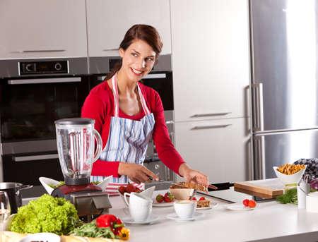 mujeres cocinando: Mujer en la cocina  Foto de archivo