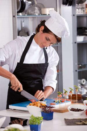 Vrouwelijke chef-kok op het werk
