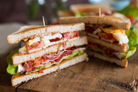 Freshly made clubsandwiches served on a wooden chopping board 版權商用圖片 - 25322254