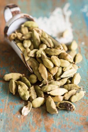 Nahaufnahme der Kardamomkapseln, die in der indischen Küche verwendet werden, Standard-Bild - 25322108