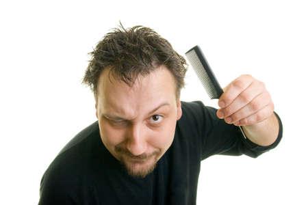 peineta: hombre con pelo desordenado, sosteniendo un peine Foto de archivo