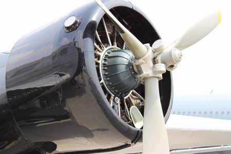 luft: Flugzeug mit Propeller Stock Photo