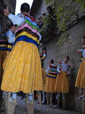 zancos: Anguiano bailarines en danza La celebraci�n Magdalena con zancos por la calle