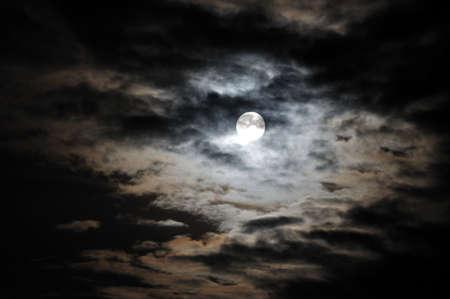paisaje lunar: Luna llena y las nubes blancas sobre escapo de cielo de noche negra