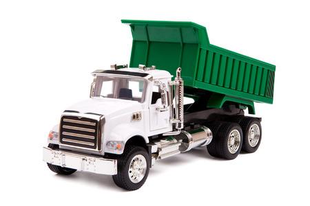 camión de juguete, camión volcado en el fondo blanco