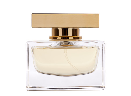botella: jarra llena de perfume con la reflexión. aislado en blanco