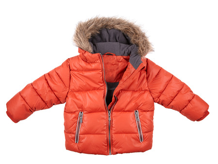 warme Daunenjacke, rote Jacke der Kinder getrennt auf Weiß