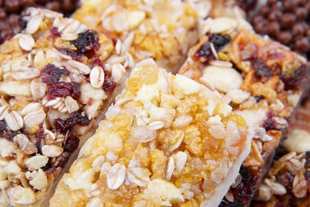barra de cereal: barra de cereal dulce con diferentes bayas y frutas. dulces de la dieta, la alimentación saludable Foto de archivo