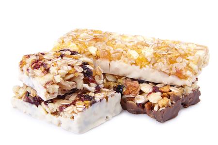 barra de cereal: barra de cereal dulce con diferentes bayas y frutas. dulces de la dieta, la alimentación saludable aislado en blanco Foto de archivo