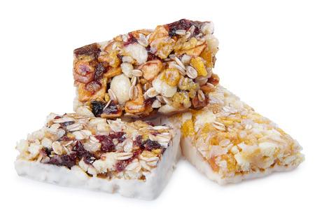 cereal bar: barra de cereal dulce con diferentes bayas y frutas. dulces de la dieta, la alimentación saludable aislado en blanco Foto de archivo