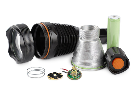 Details voor het monteren en repareren van een LED zaklamp, de componenten van een zaklamp geïsoleerd op een witte achtergrond