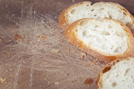 pain blanc: Tranches de pain blanc sur une planche de bois, gros plan Banque d'images
