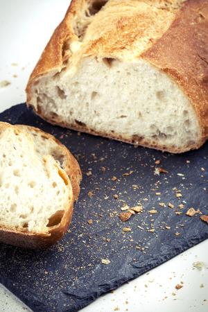 pain blanc: Tranche de pain blanc sur une plaque de schiste Banque d'images