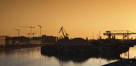 Industriegebiet, Frankfurt Osthafen an der Dämmerung
