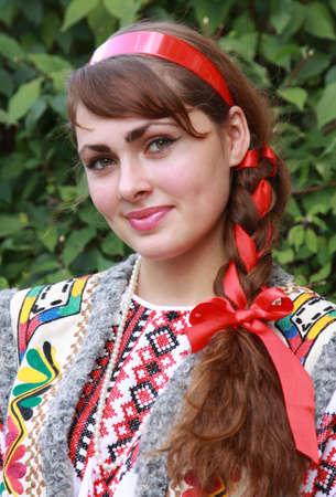 Het meisje is gekleed in een nationale Oekraïense pak Stockfoto