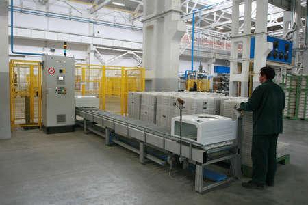 montaje: La producci�n de lavadoras Foto de archivo
