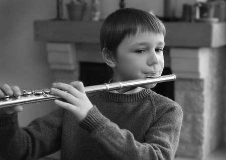 flauta: muchacho que toca la flauta Foto de archivo