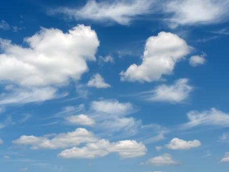 暗く深い青空雪白い雲