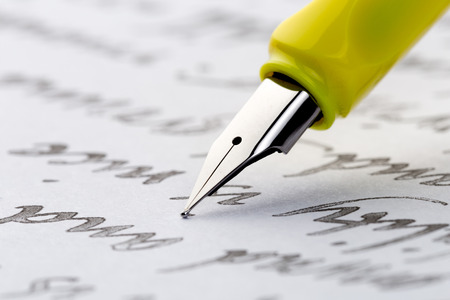 yellow fountain pen writing a letter Banque d'images - 114487444