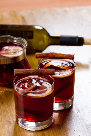 Mulled wine with ingredients on wooden background, top view 스톡 콘텐츠