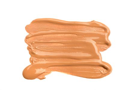 Frotis de maquillaje beige claro de base cremosa aislado sobre fondo blanco. Textura de base cremosa beige claro aislada sobre fondo blanco