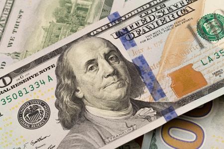 Primo piano di dollari. Il ritratto di Benjamin Franklin su una fattura. Concetto di denaro e guadagni. Archivio Fotografico
