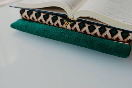 Concept islamique - Le saint Coran sur un tapis de prière