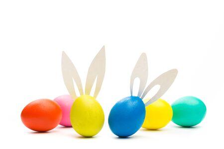 paaseieren met konijnenoren die op wit worden geïsoleerd Stockfoto