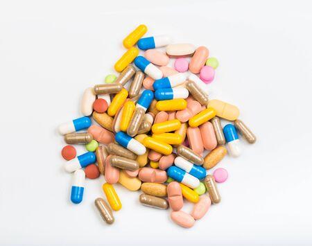 Set aus bunten Tabletten und Kapseln auf weißem Hintergrund - Image