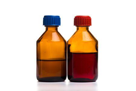 Conjunto de botellas de vidrio médico sobre un fondo blanco - Imagen