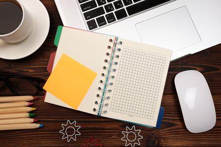 Tavolo scrivania da ufficio con forniture. Posto di lavoro e oggetti aziendali distesi. Vista dall'alto. Copia spazio per il testo - Immagine