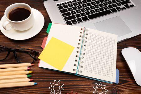Schreibtischtisch mit Zubehör. Flach legen Business-Arbeitsplatz und -Objekte. Ansicht von oben. Platz für Text kopieren - Image