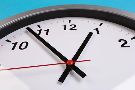 """Horloge murale gros plan sur fond bleu. Le concept de """" Le temps passe."""" Vue de dessus avec mise au point sélective. Espace de copie. - Image"""