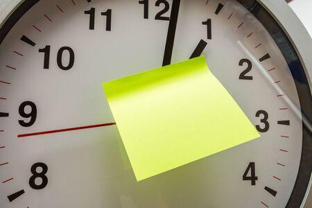Papier-Stick auf Uhr für Notiz etwas mit weißem Hintergrund - Image