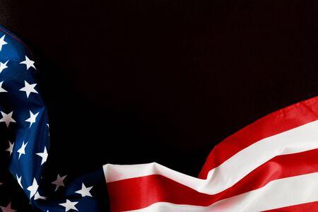 Bandera americana en una vista superior de fondo negro - Imagen Foto de archivo